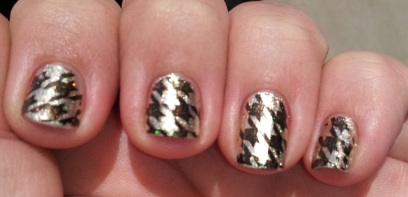 Hounds tooth manicure in the sun